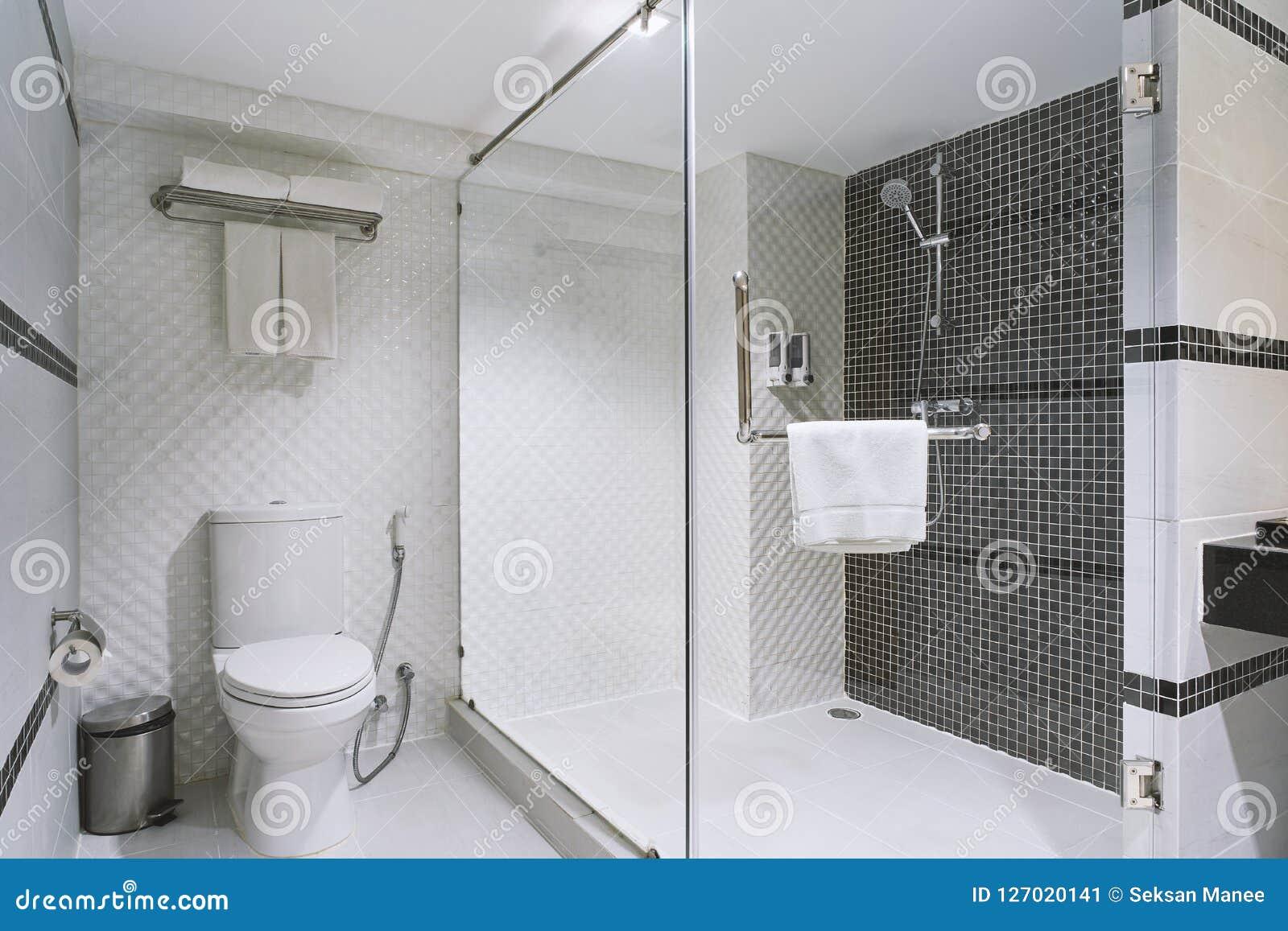 Concept modern decoratieontwerp van badkamers voor luxehotel woon