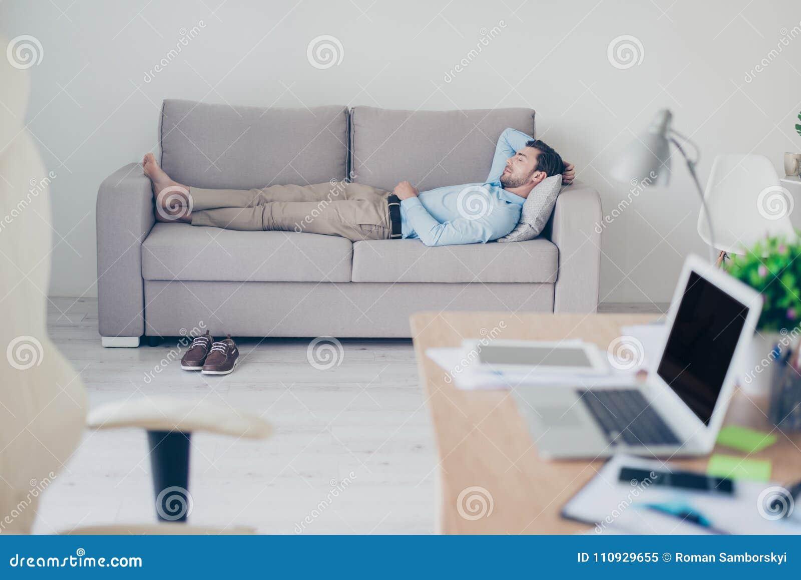 Concept noodzakelijk het hebben van een rust terwijl het werken Vermoeide exha
