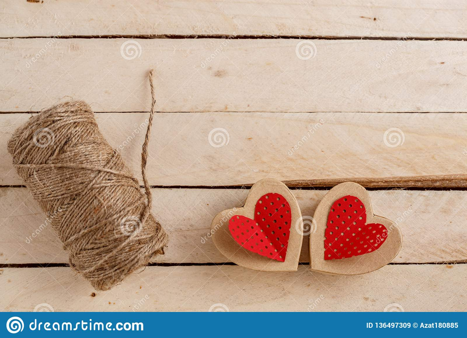 Concept pour des histoires d amour et pour la Saint-Valentin La ficelle, les inscriptions de elle et coeurs faits main de carton
