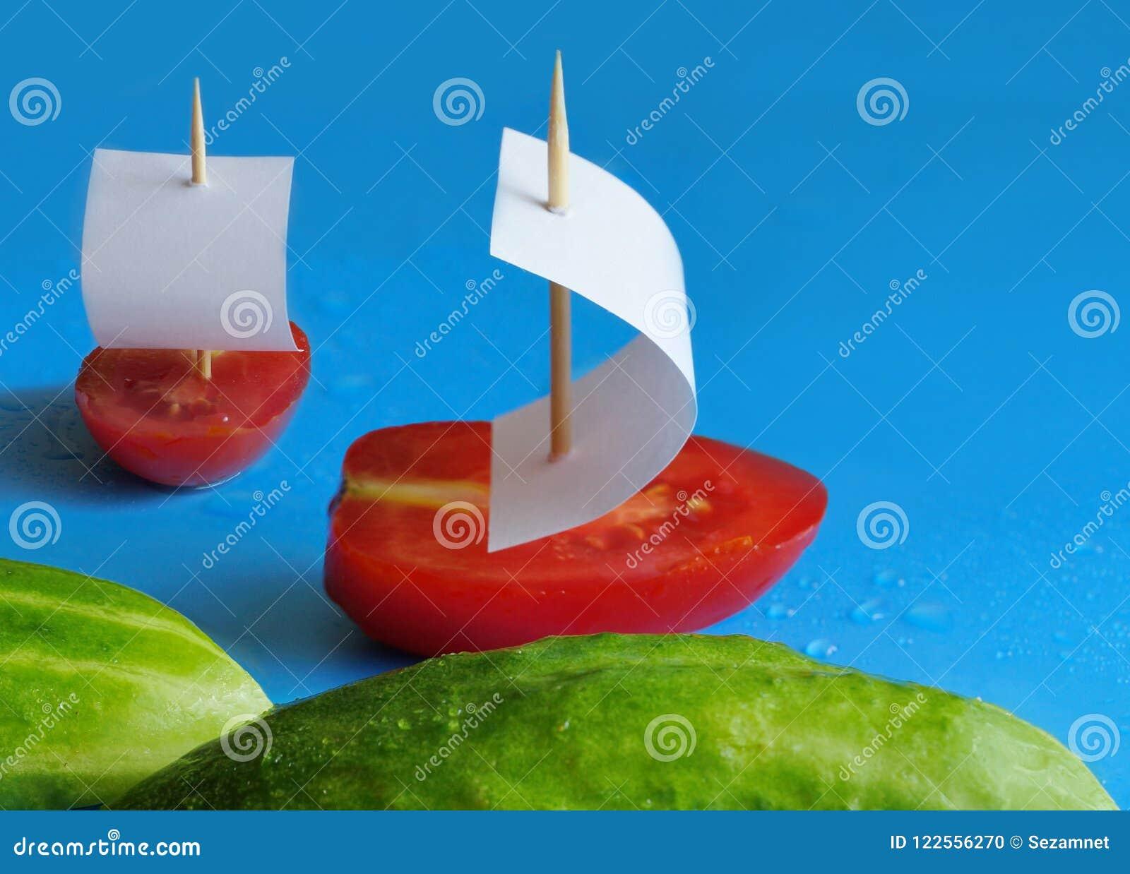 Concept pour la nutrition appropriée deux concombres en tant que des vagues et deux Tom