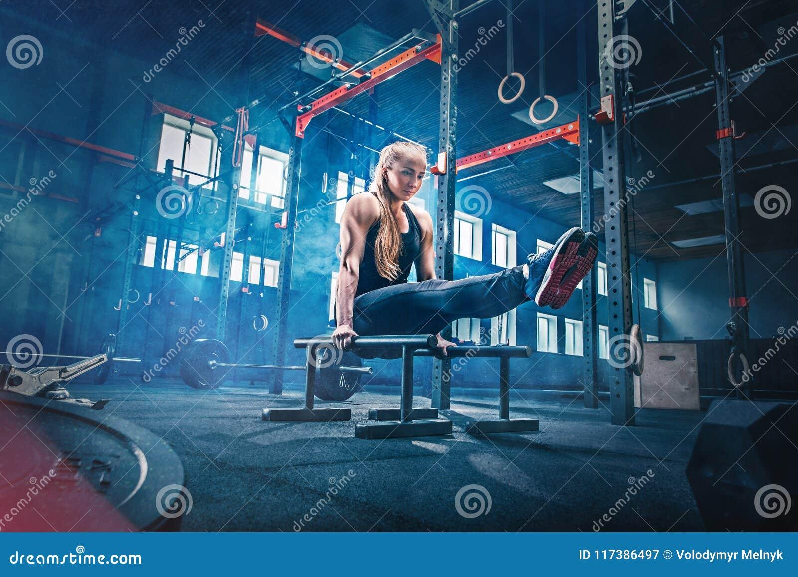 Concept : puissance, force, mode de vie sain, sport Femme musculaire attirante puissante au gymnase de CrossFit