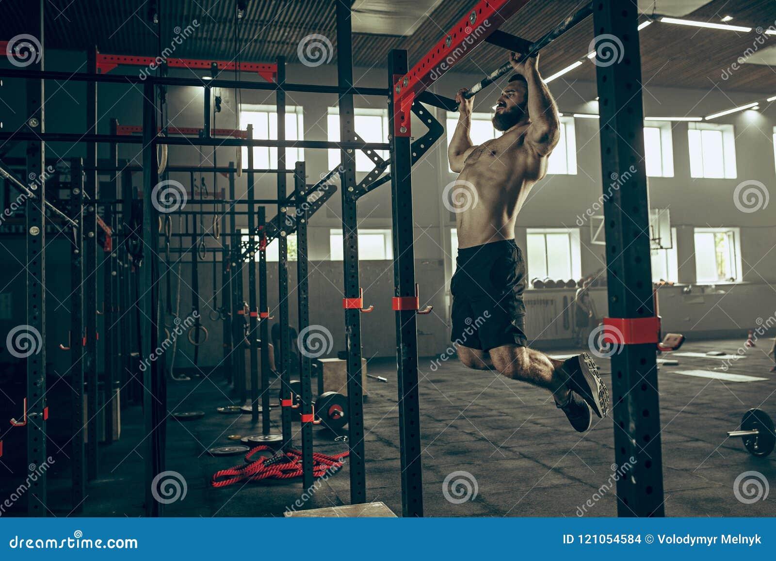 Concept : puissance, force, mode de vie sain, sport Homme musculaire attirant puissant au gymnase de CrossFit