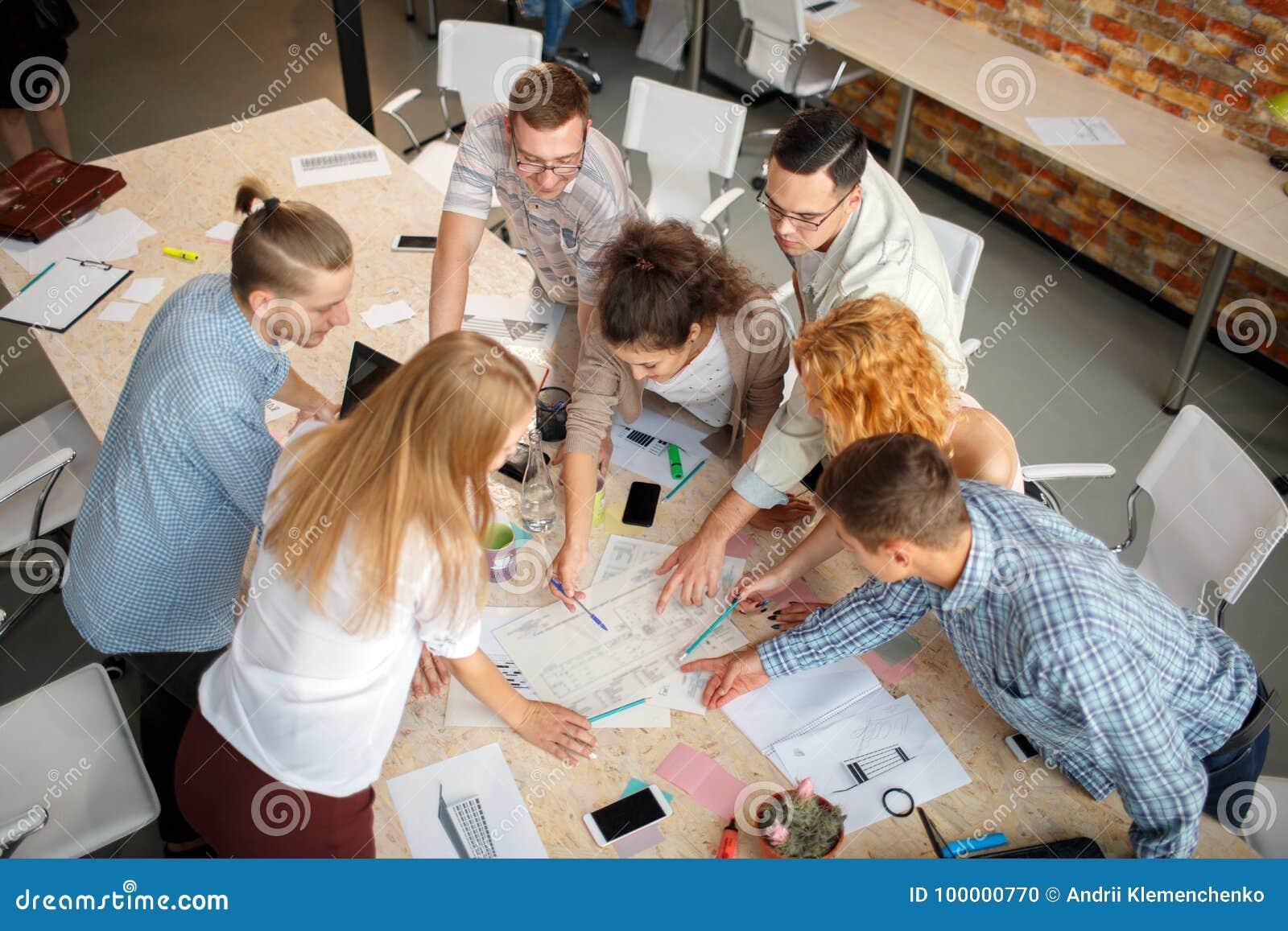 Concept réussi Étudiants souriant et effectuant le travail de groupe