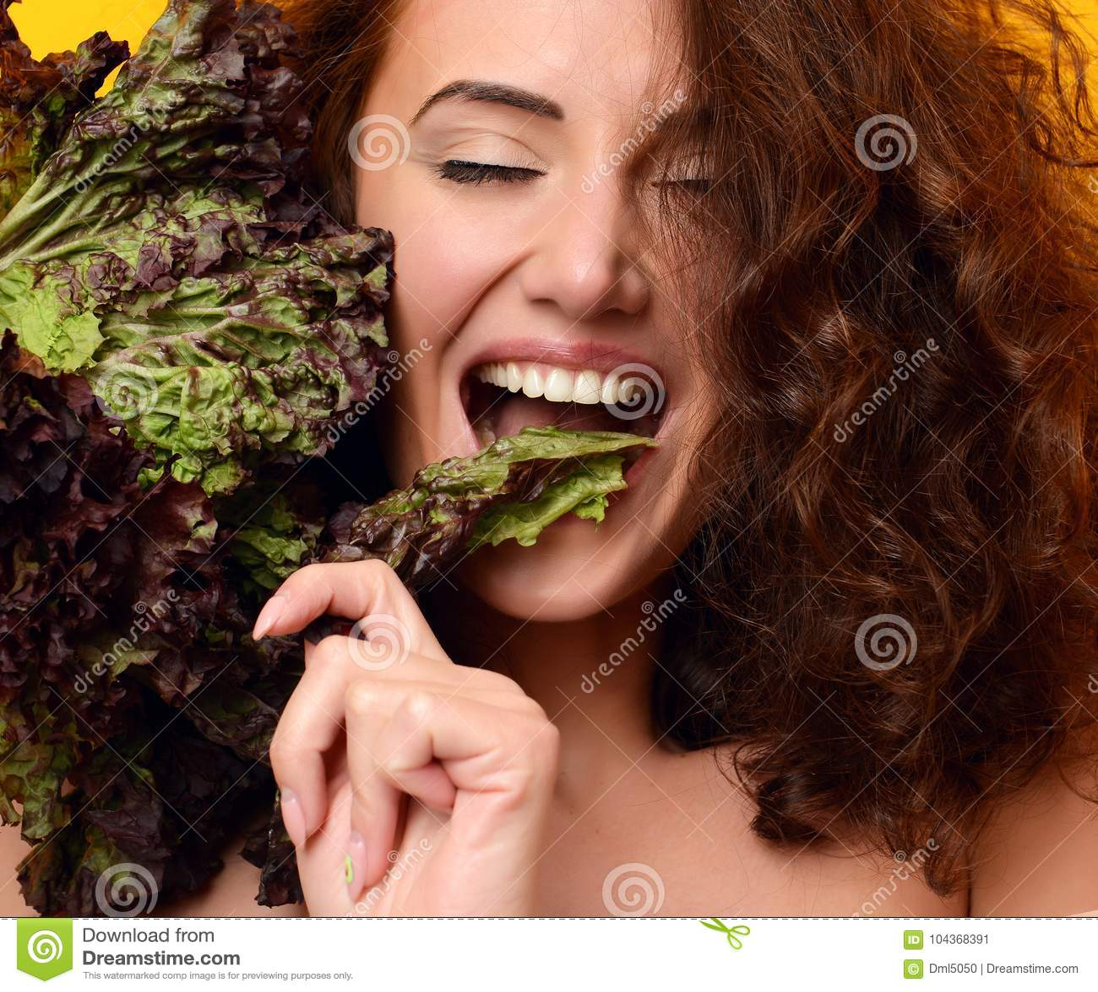 Concept sain de consommation dieting Laitue de prise de femme regardant le coin