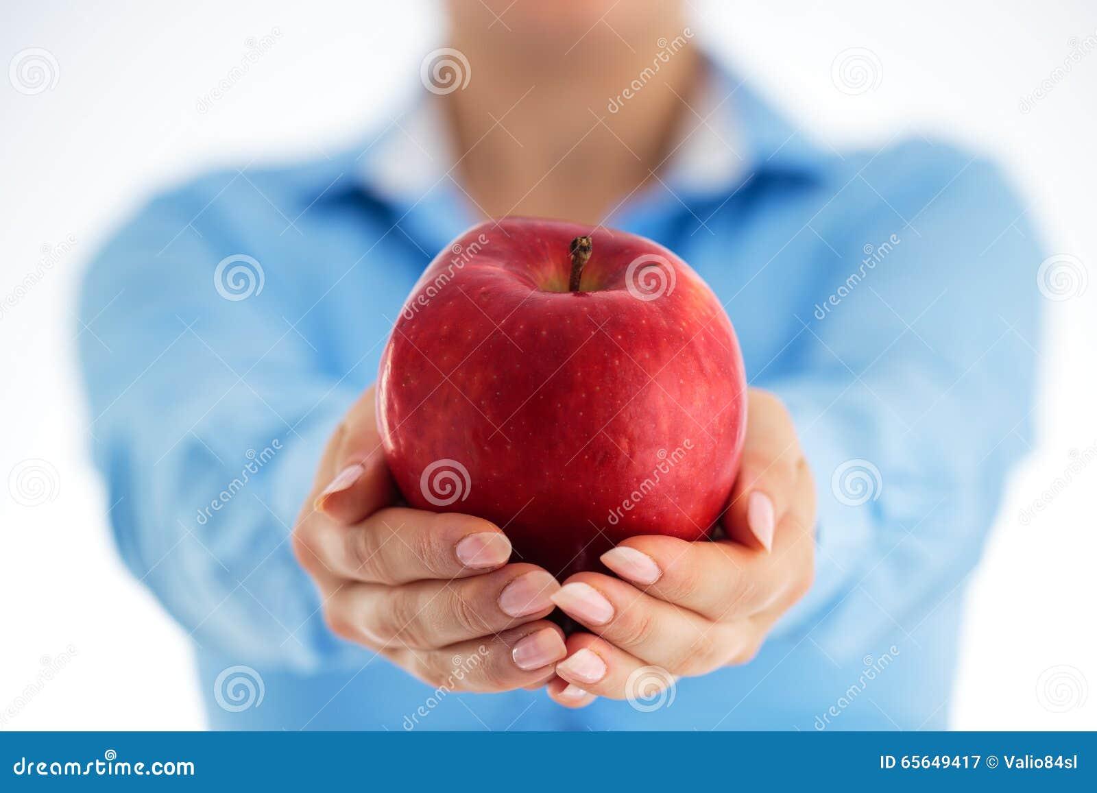Concept sain de consommation Femme d affaires tenant la pomme rouge dans le sien