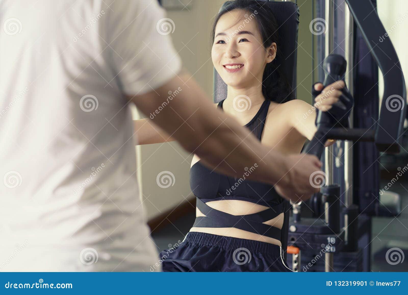 Concept sain de style de vie Femme s exerçant sur l equ spécial de sport