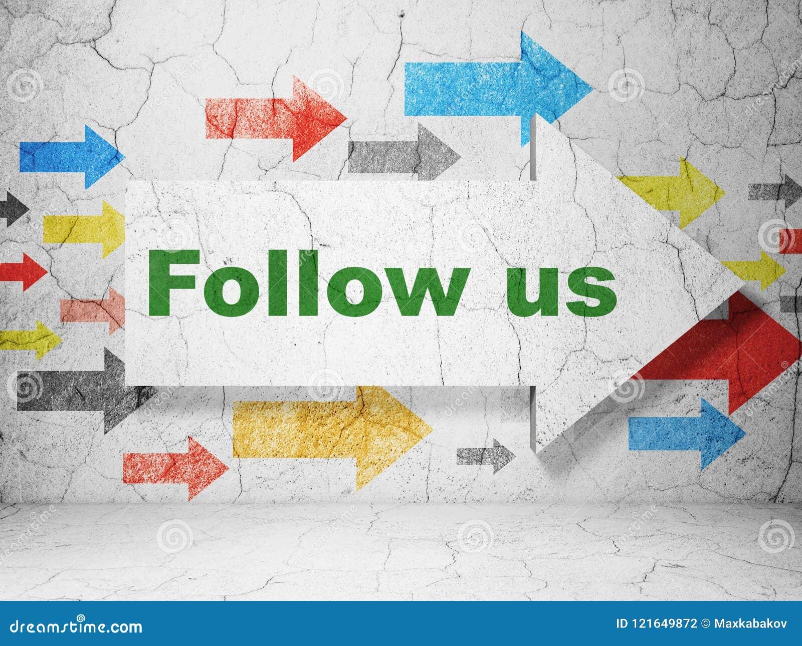 Concept social de media : la flèche avec nous suivent sur le fond grunge de mur