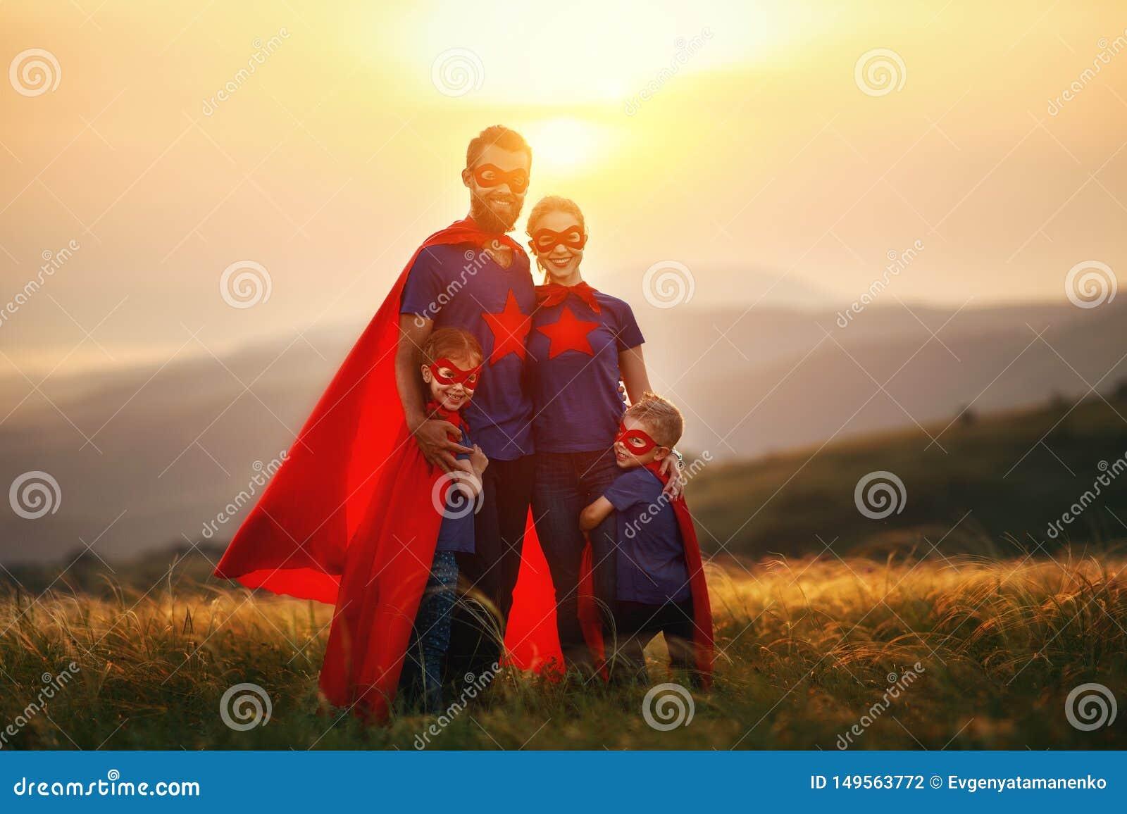 Concept super familie, familie van superheroes bij zonsondergang