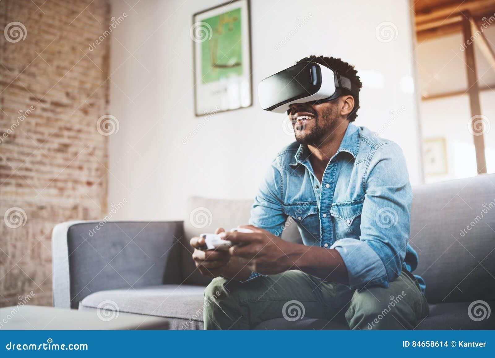 Concept technologie, gokken, vermaak en mensen Gelukkige Afrikaanse mens die van virtuele werkelijkheidsglazen genieten terwijl h