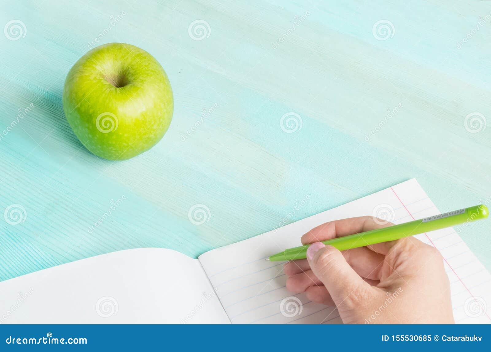 Concept terug naar school Schooltoebehoren, pen met leeg notitieboekje op blauwe houten achtergrond
