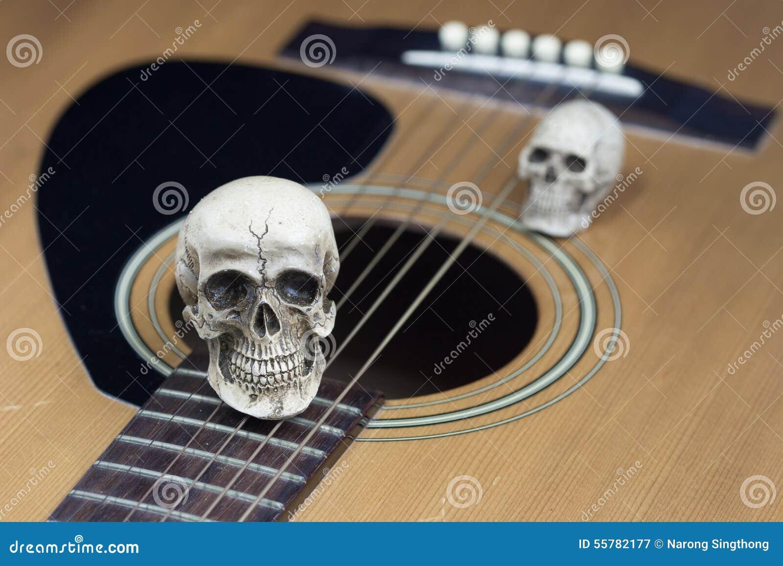 Concept toujours de photographie d art de la vie avec le crâne et la guitare