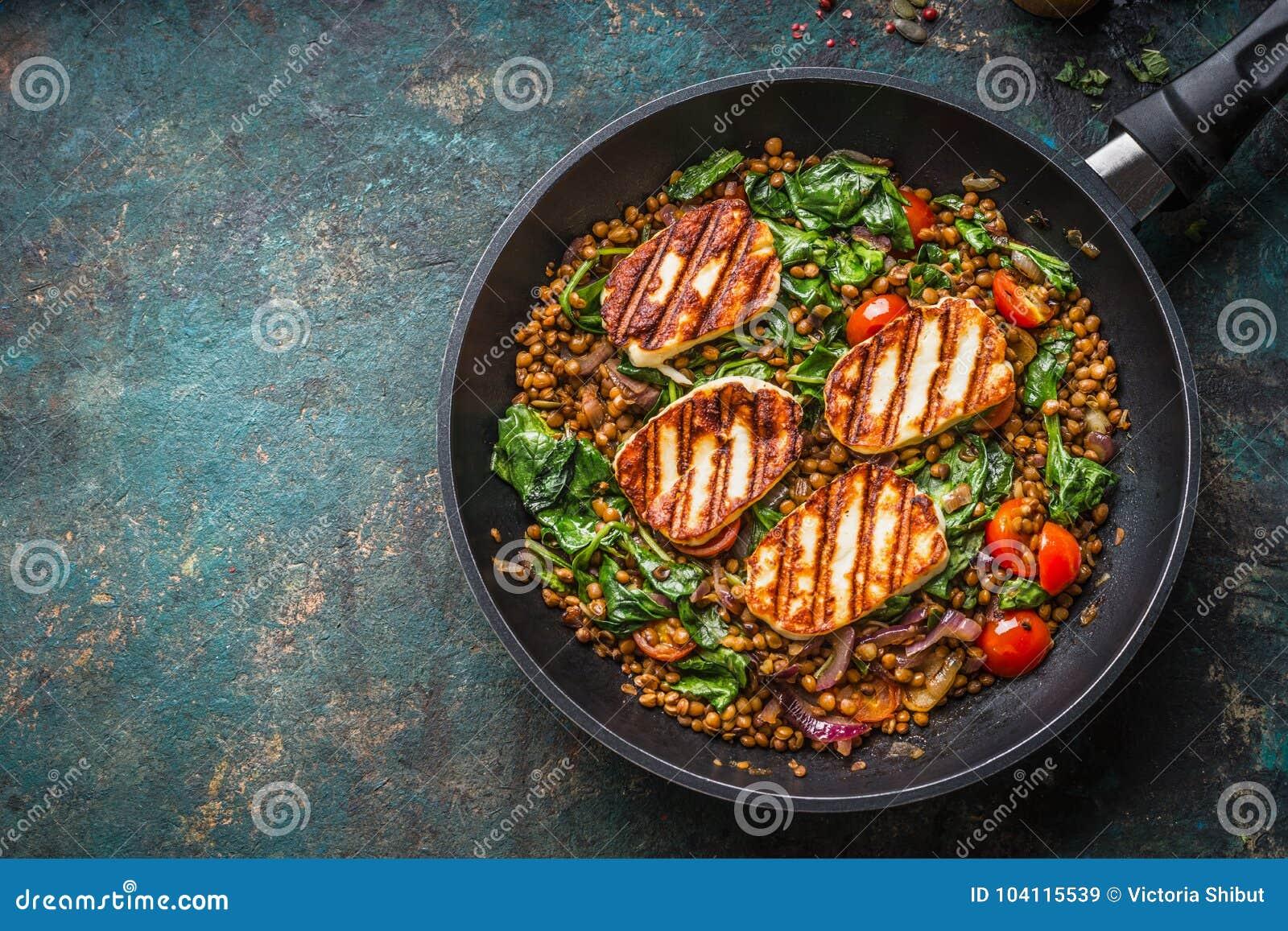 Concept végétarien de nourriture Plat sain de lentille avec les épinards et le fromage frit en faisant cuire la casserole sur le