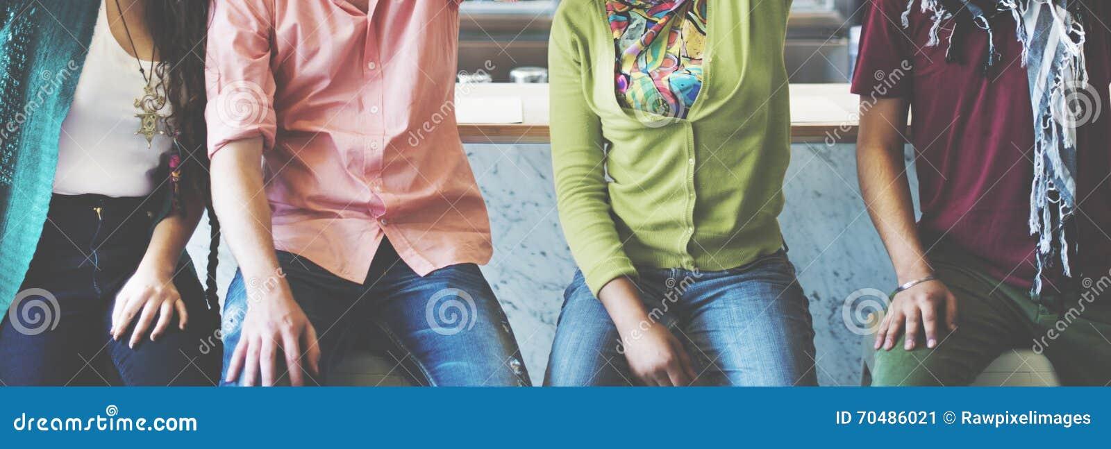 Concept van de de Vriendenvriendschap van tienerjarenstudenten het Universitaire
