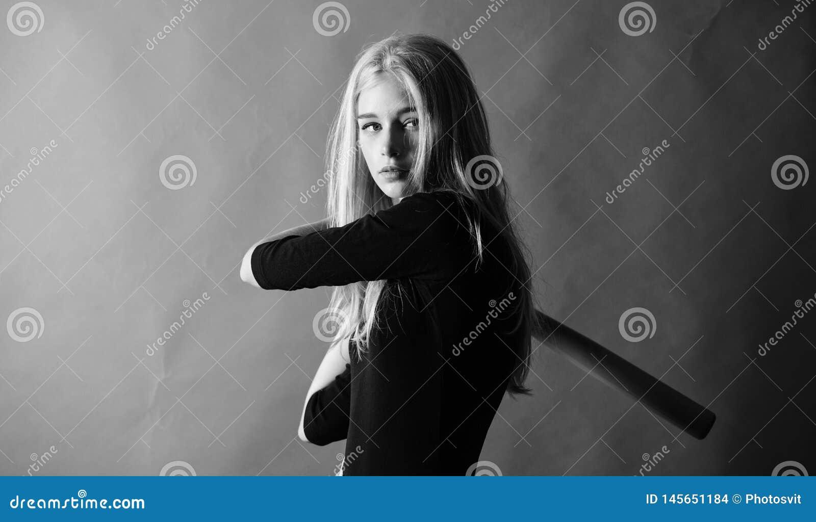Concept van de honkbal het vrouwelijke speler Verzacht maar passend Schop weg Geconcentreerd op resultaat De vrouw geniet van het