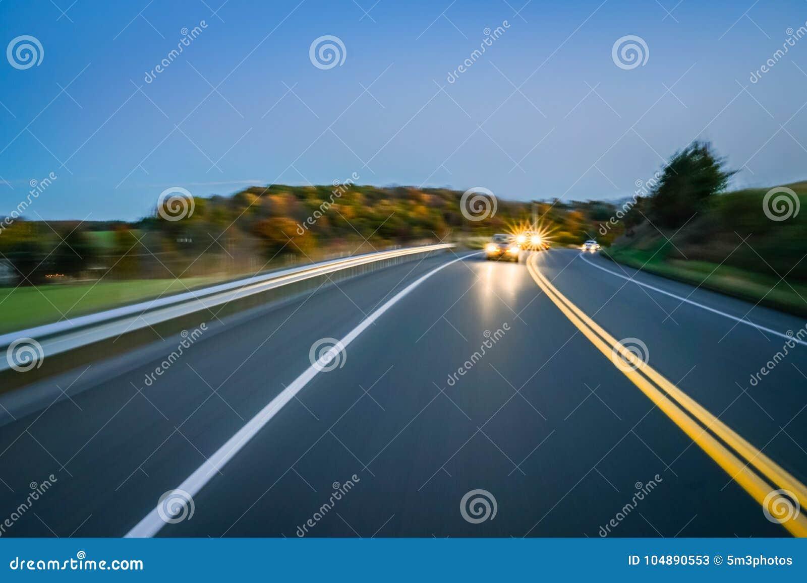 Concept van de de wegavond van het motieonduidelijke beeld het landelijke