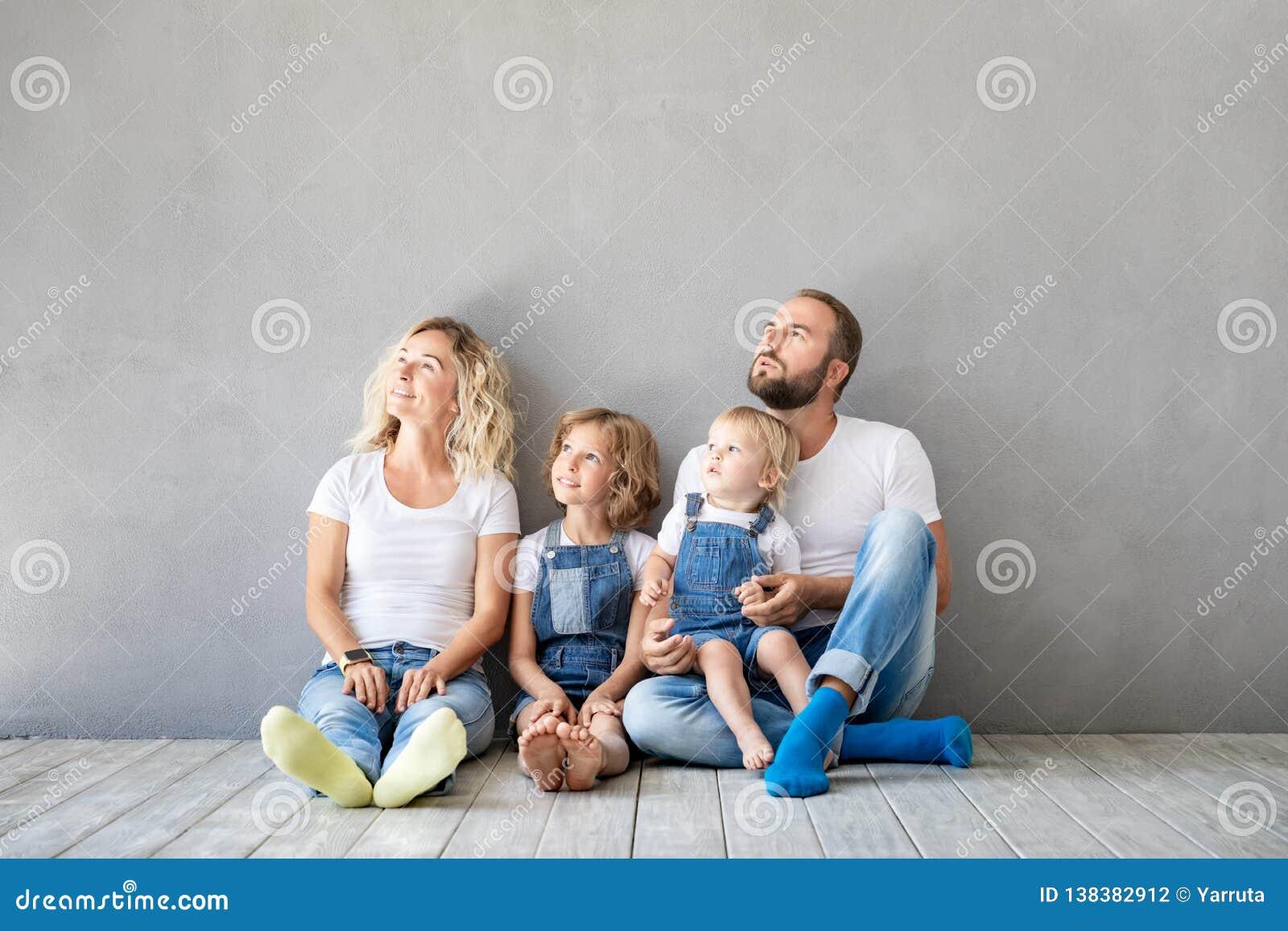Concept van het de Daghuis van het familie het Nieuwe Huis Bewegende
