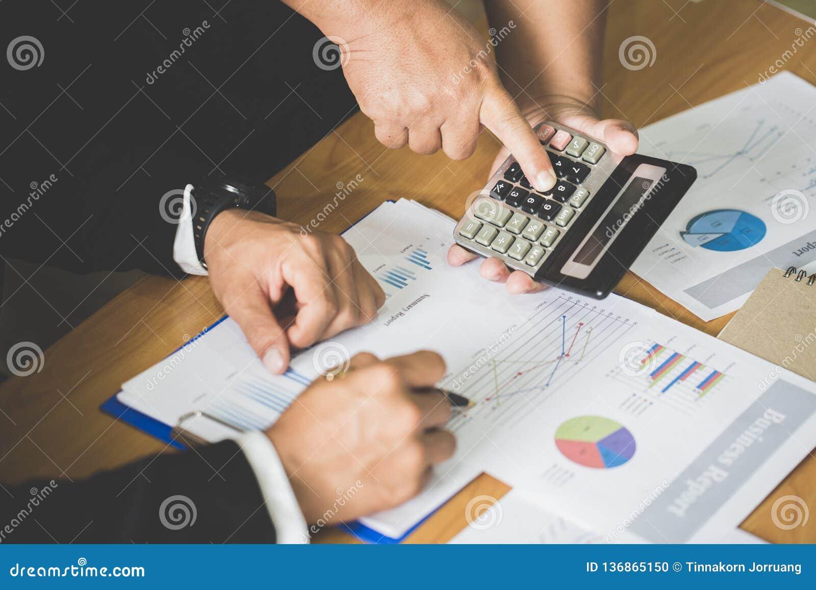 Conceptenbeeld voor effectenbeurs, bureau, belasting, en project Twee zakenmanbeleggingsadviseur die financieel bedrijf analysere