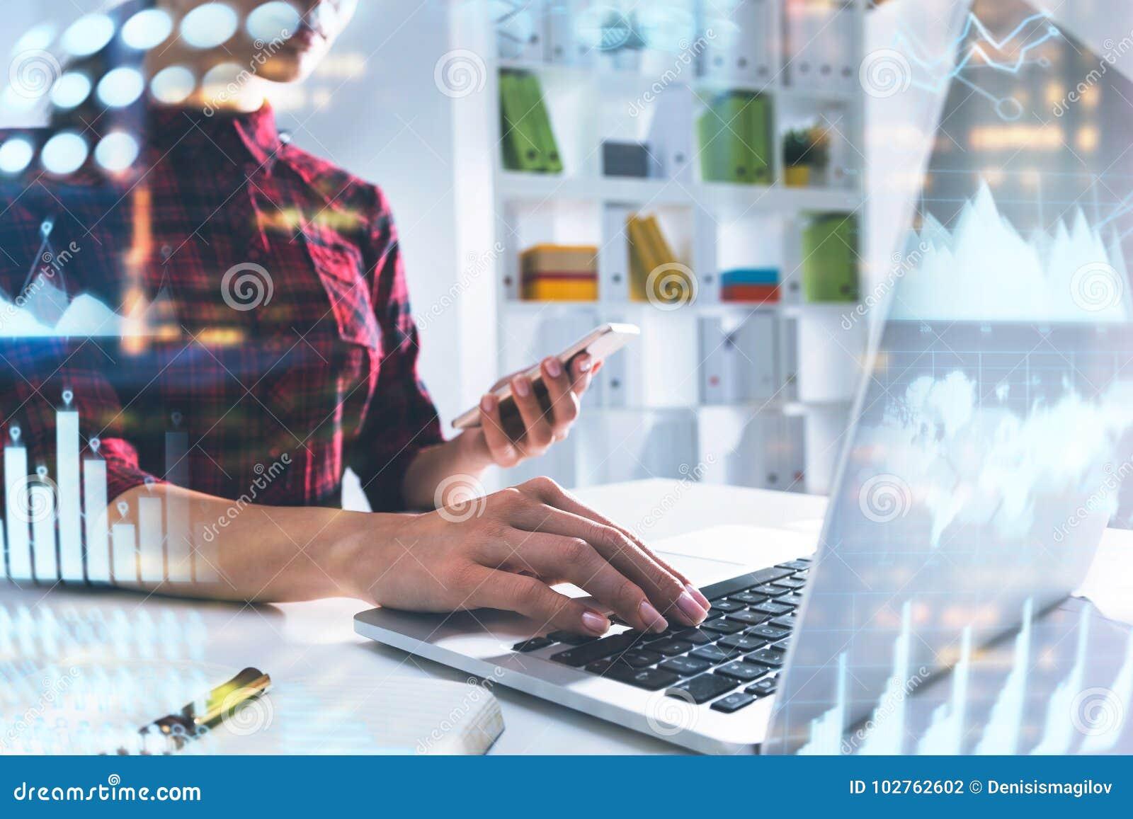 Concepteur de jeune femme dans le bureau, infographics