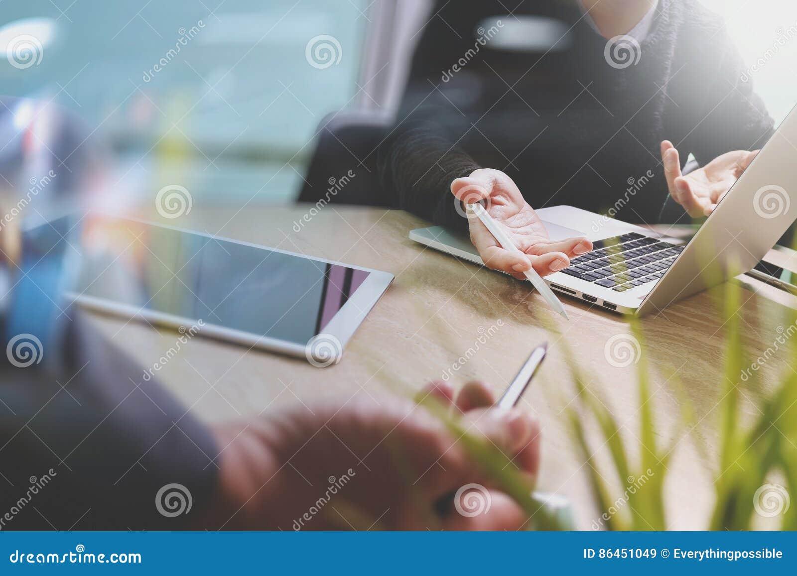 Concepteur de Web de deux collègues discutant les données et le comprimé numérique