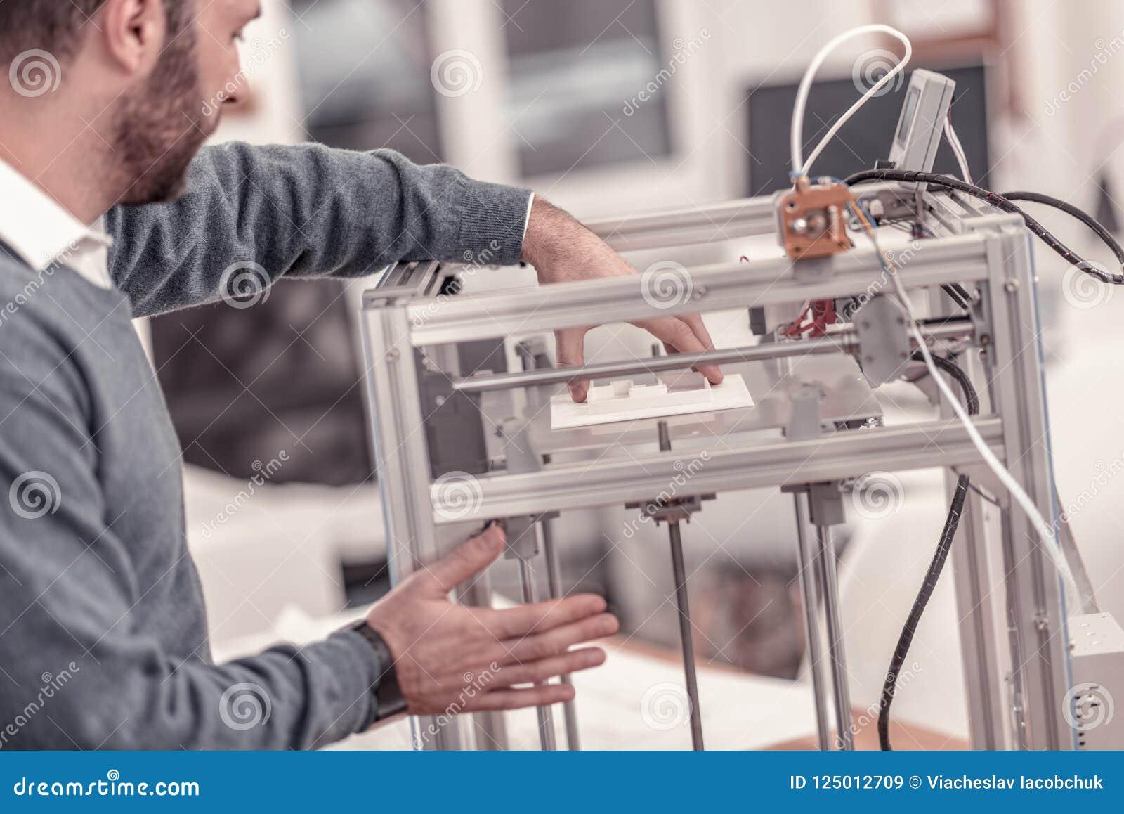 Concepteur ingénieux travaillant avec l imprimante 3D dans le studio de conception