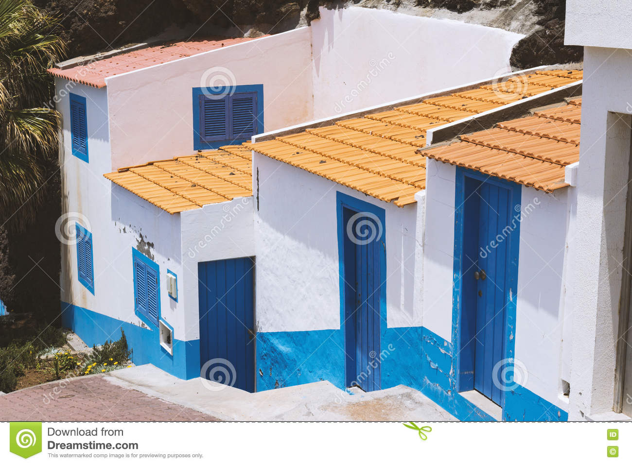 Conception commune et simple de la maison blanche et bleue for Conceptions de la maison com