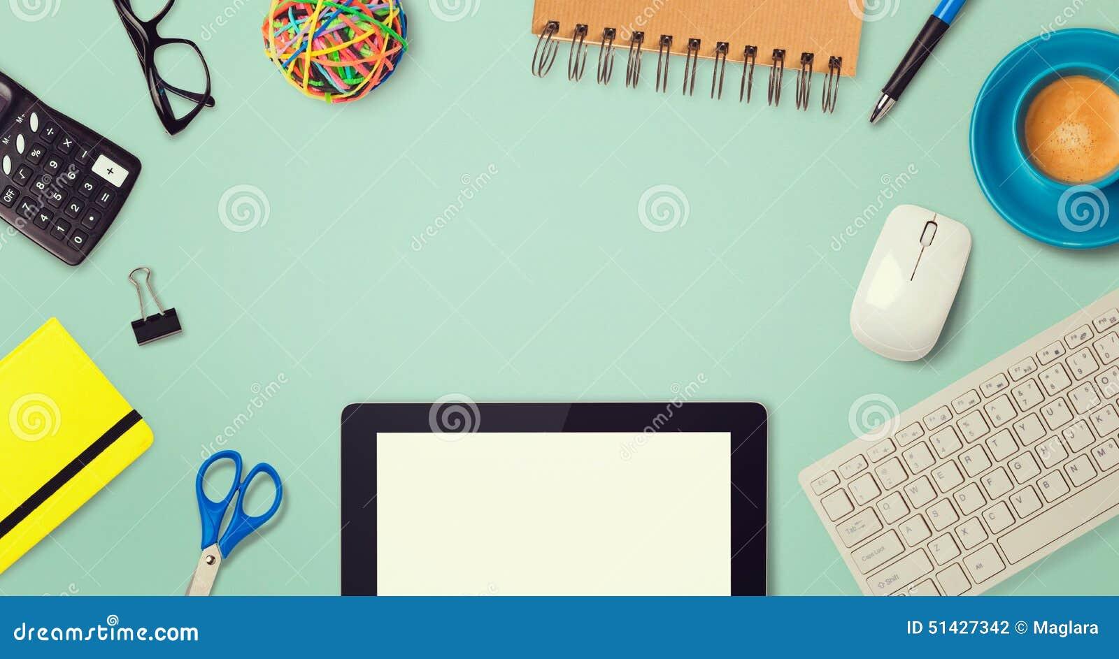 Conception d image de héros d en-tête de site Web avec des articles de comprimé et de bureau