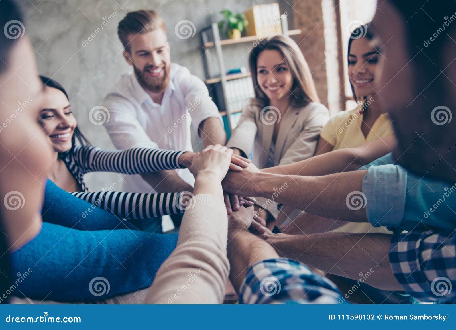 Conception de teambuilding réussi Photo haute étroite cultivée de