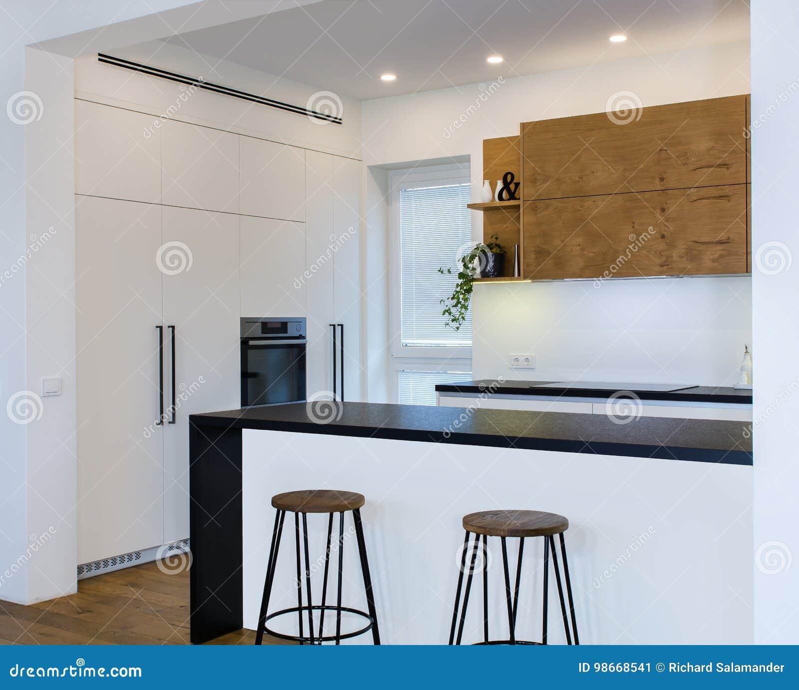 Conception moderne de cuisine dans l intérieur léger avec les accents en bois