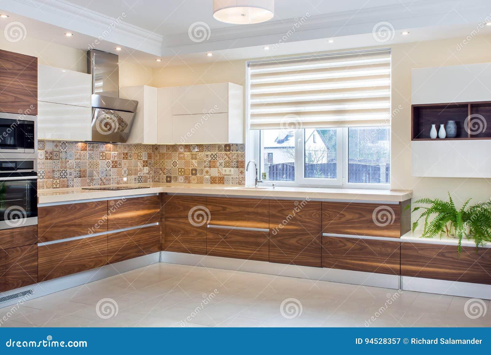 Conception moderne de la cuisine dans une lumière, intérieur lumineux