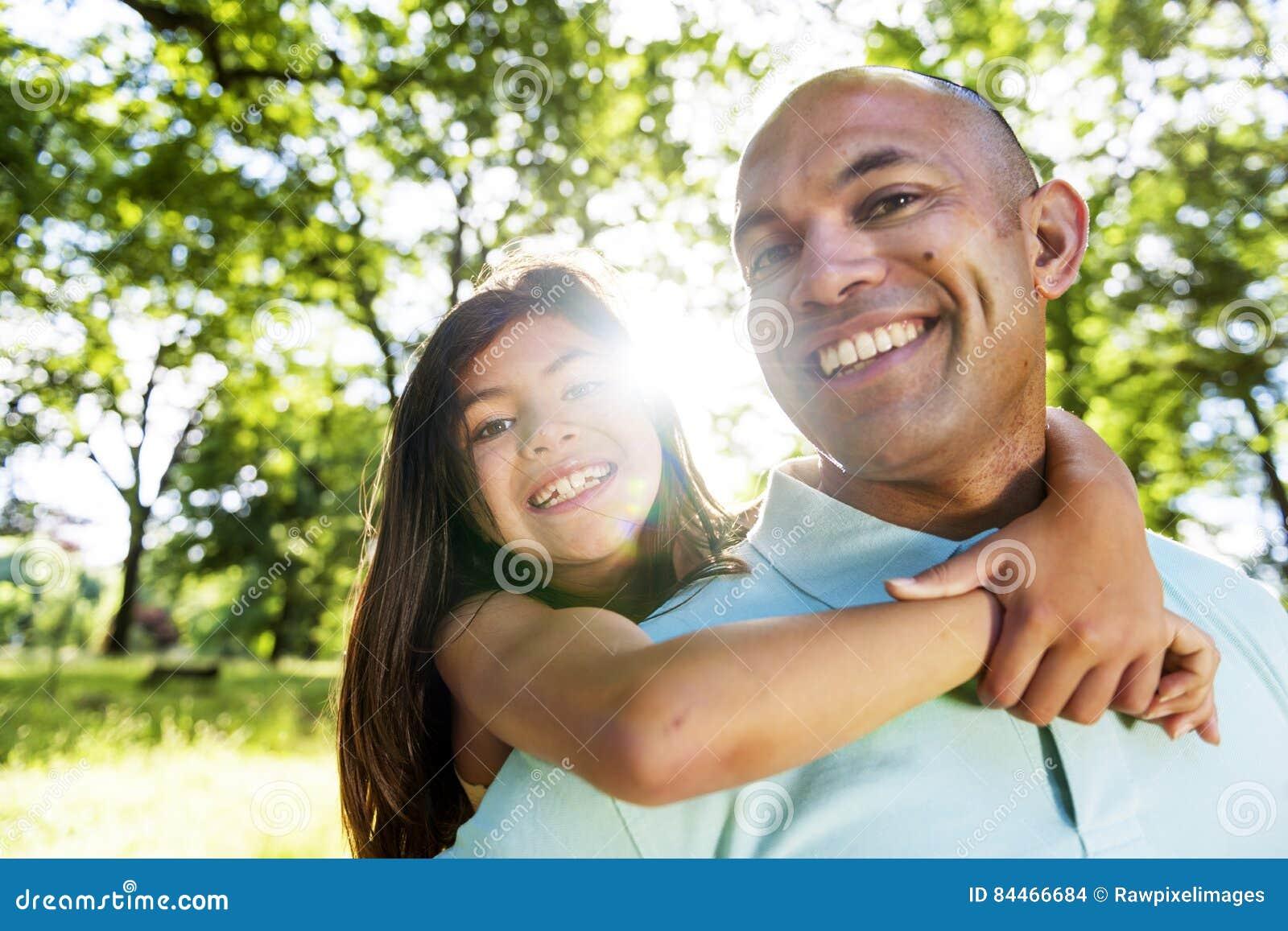 Concepto alegre de Daughter Piggyback Bonding del padre