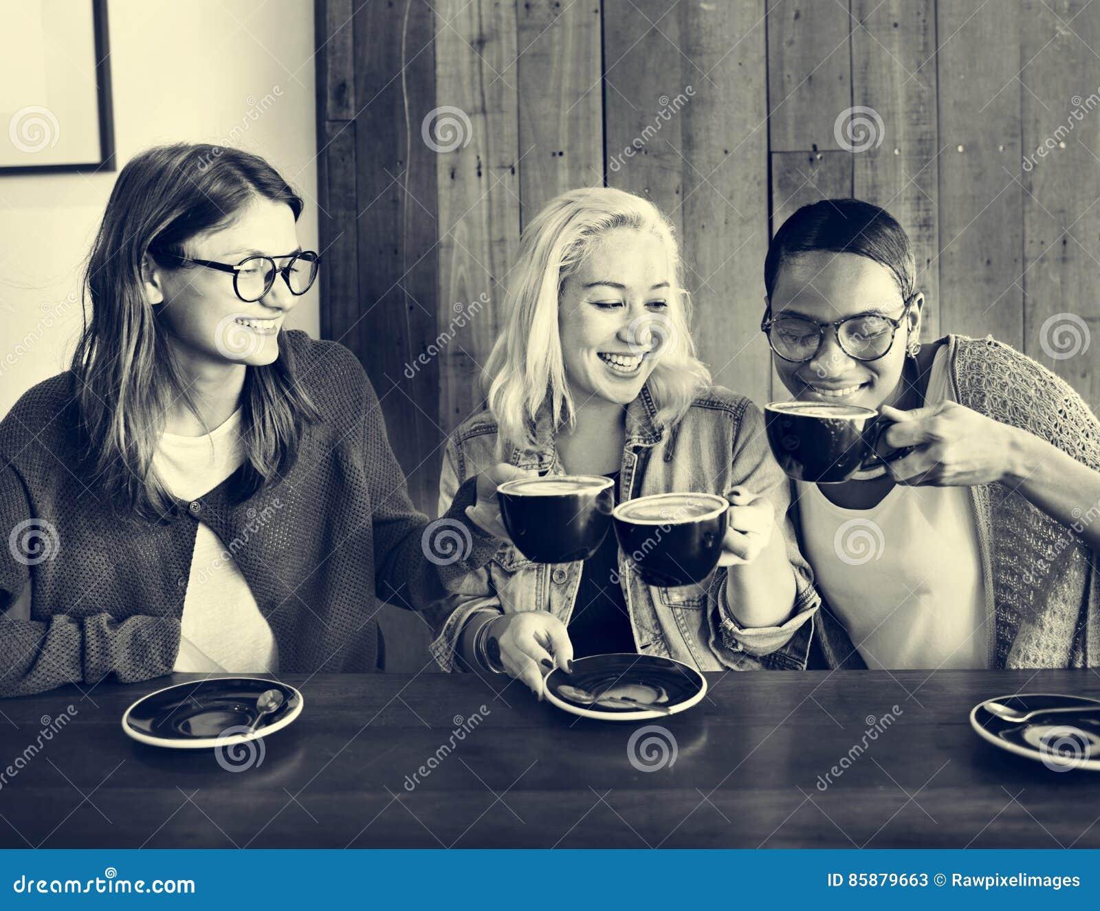 Concepto alegre de la relajación del descanso para tomar café de los amigos del café