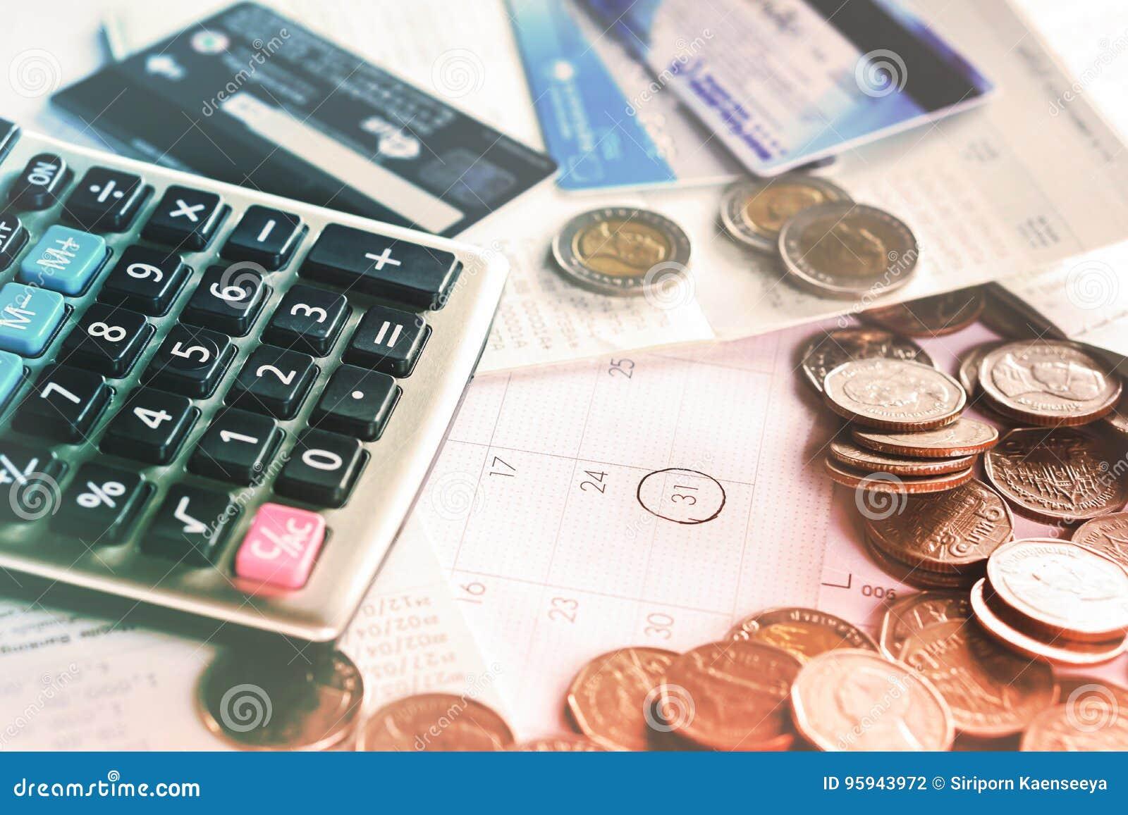Concepto con las monedas, calendario del plazo, calculadora, tarjeta del negocio de crédito
