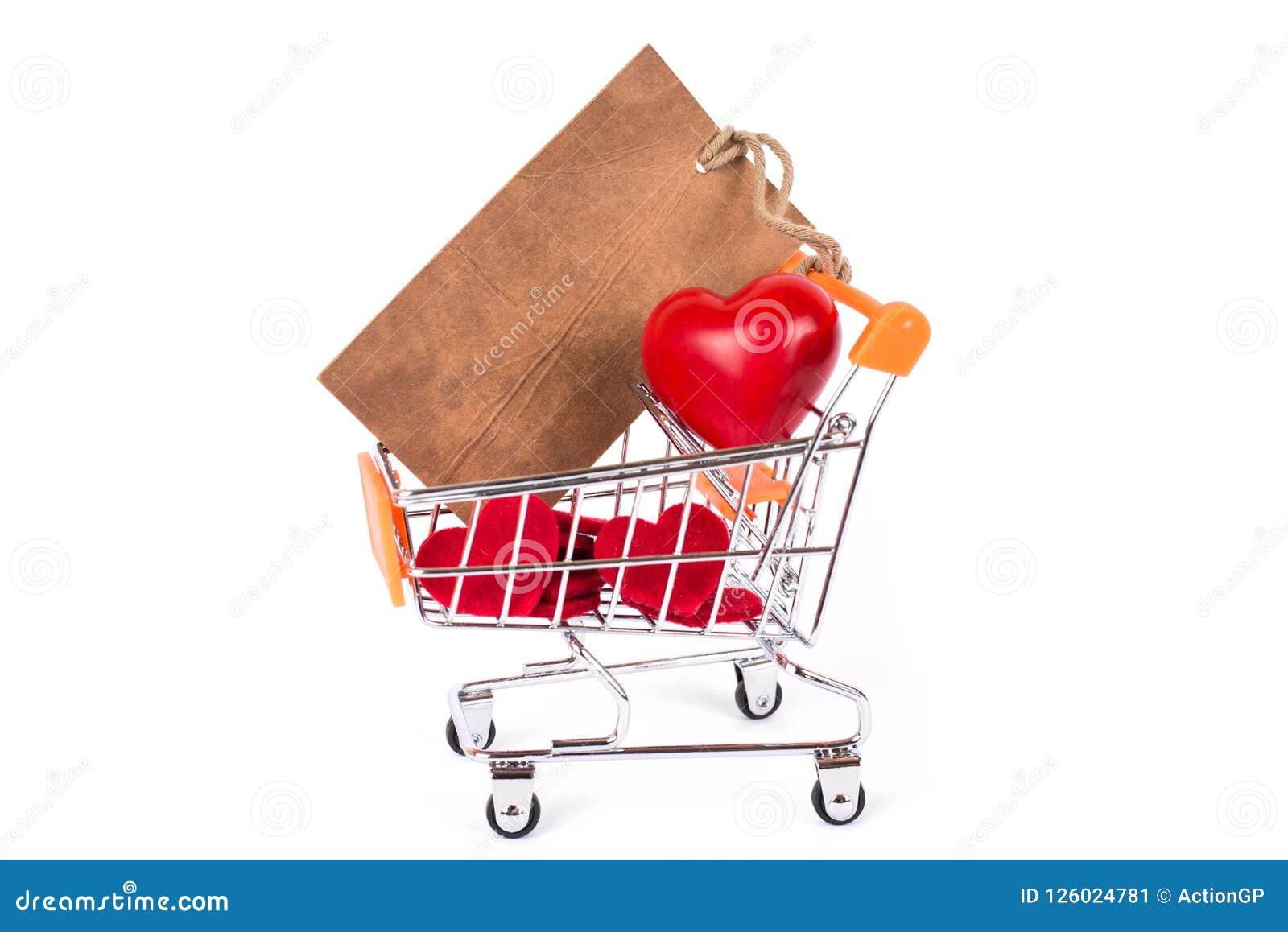 Concepto costoso del comprador al por menor de la boda del compromiso Ciérrese encima de la foto del estudio corazón rojo cariños