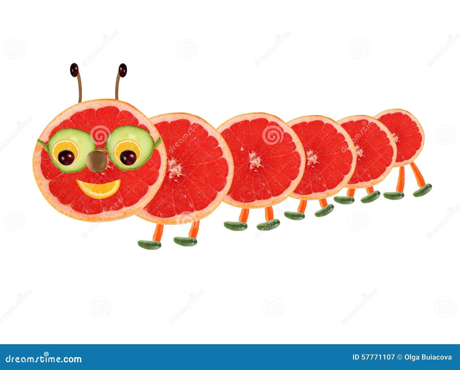 Concepto creativo de la comida Pequeña oruga divertida hecha de la fruta