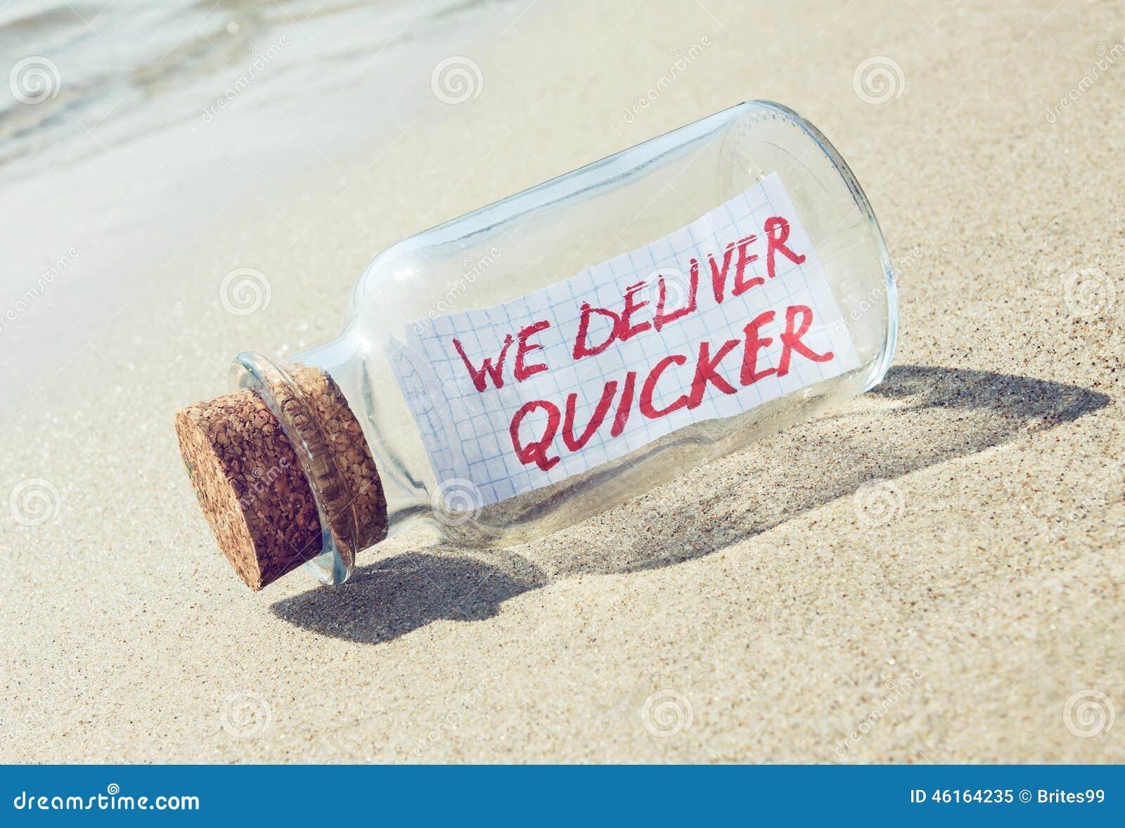 Concepto creativo de la entrega del transporte y de las mercancías Mensaje en una botella
