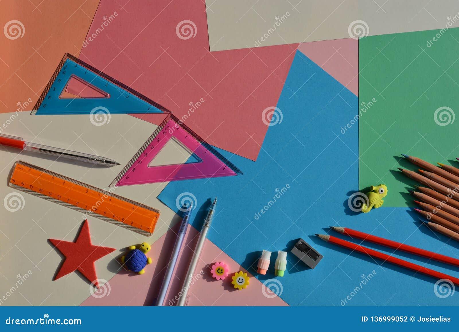 Concepto creativo, de nuevo a escuela Artículos puestos planos en el escritorio