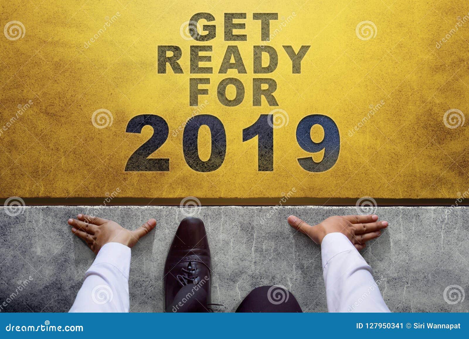 Concepto de 2019 años Opinión superior el hombre de negocios en línea del comienzo, lista