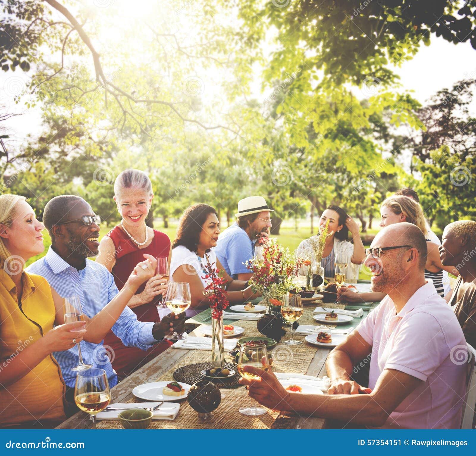 Concepto de cena al aire libre de la gente de la amistad de los amigos