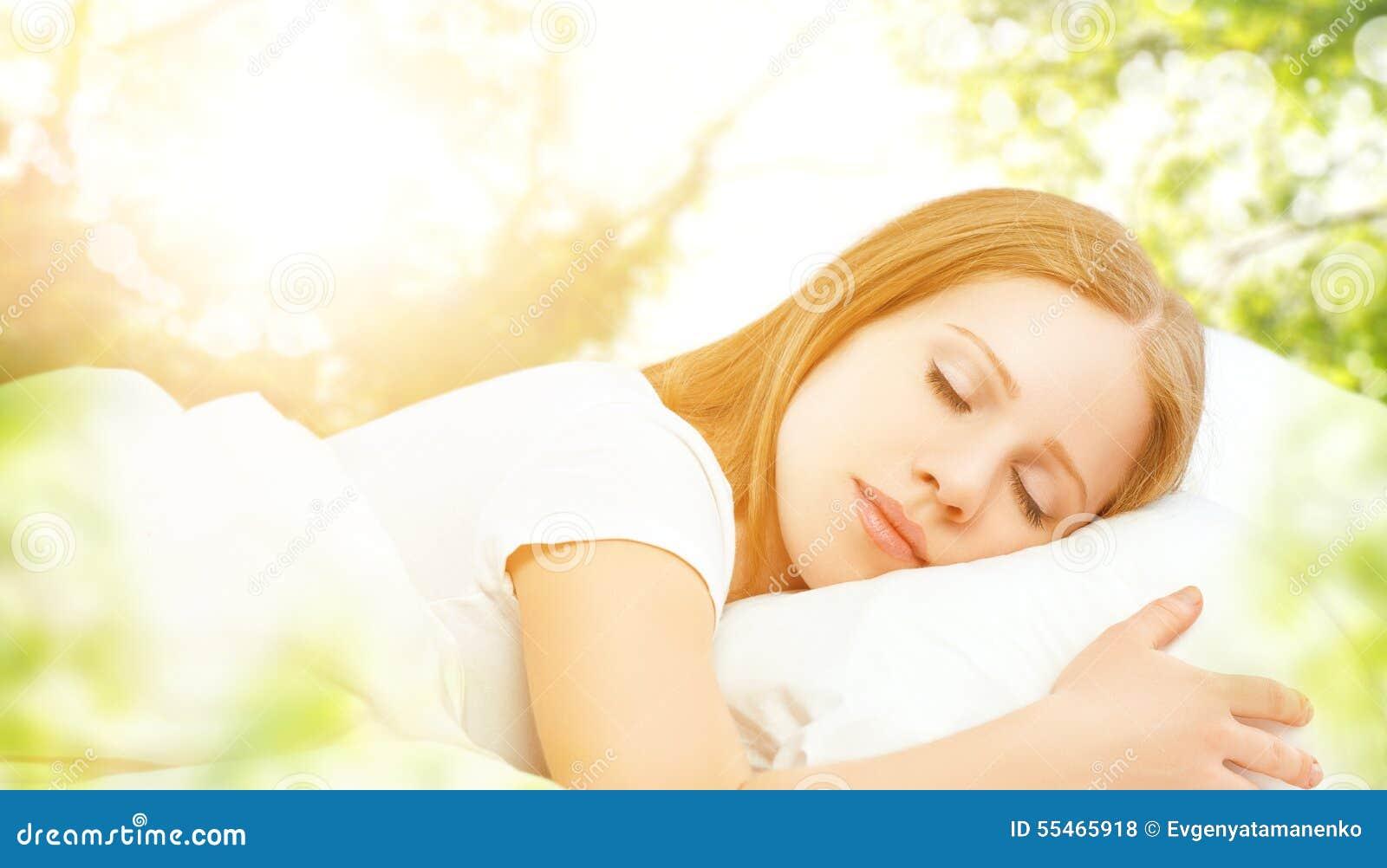 Concepto de descanso y relajación mujer que duerme en cama en el CCB