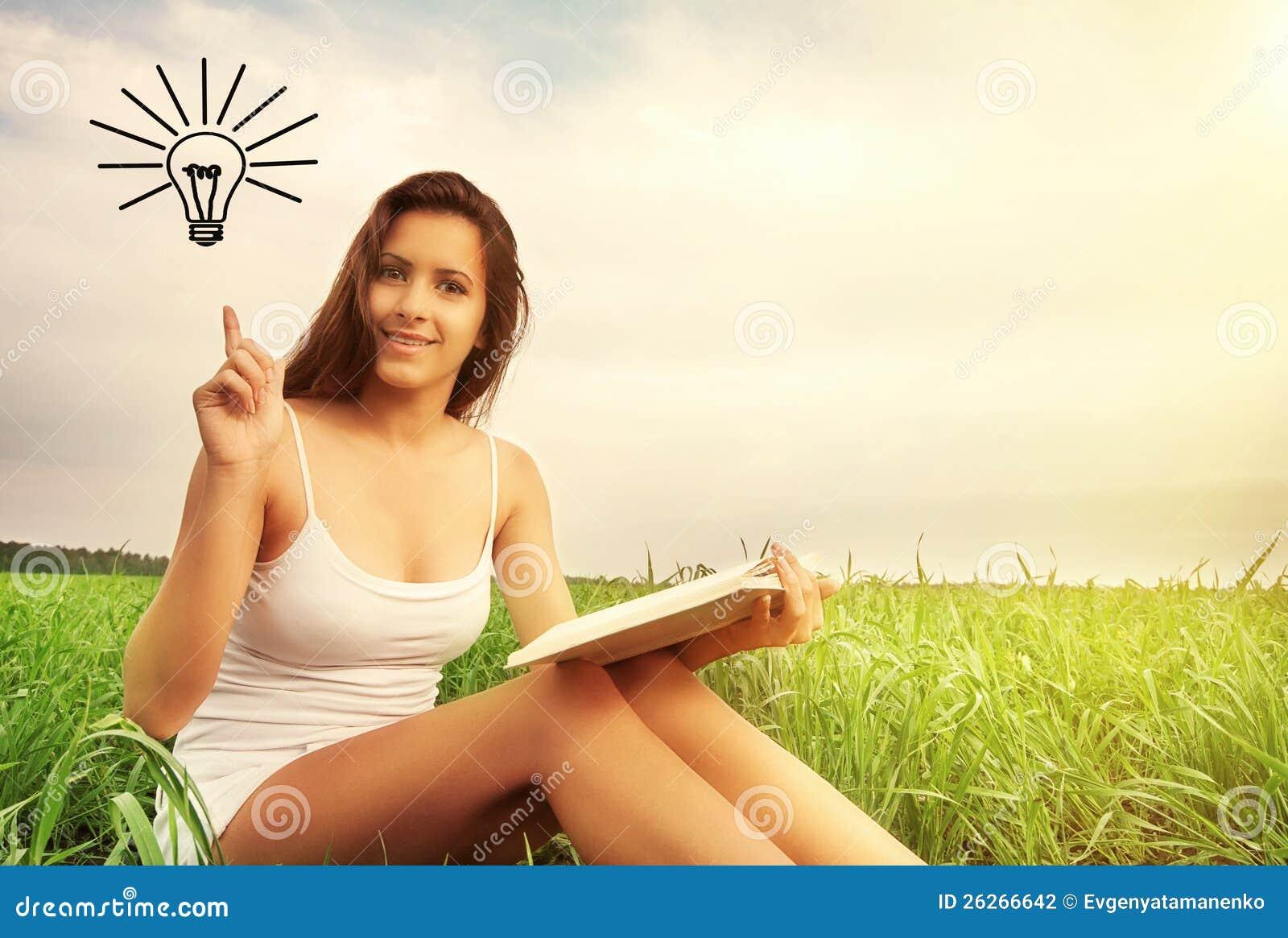 Concepto de educación. muchacha que lee un libro