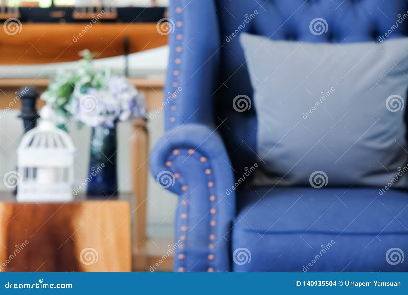 Concepto de empañar: La decoración interior casera con el estilo de Newport del americano, sala de estar tiene un sofá azul y una