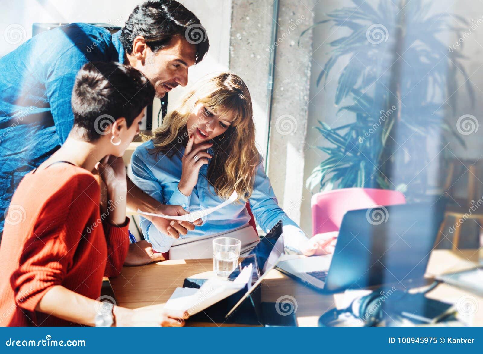 Concepto de equipo del negocio en el proceso de trabajo Trabajo joven de los profesionales con proyecto del nuevo mercado Encuent
