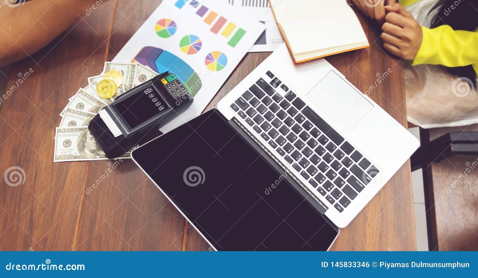 Concepto de estad?sticas hombres de negocios que trabajan con papeleo cuaderno y efectivo del ordenador en la tabla en el lugar d