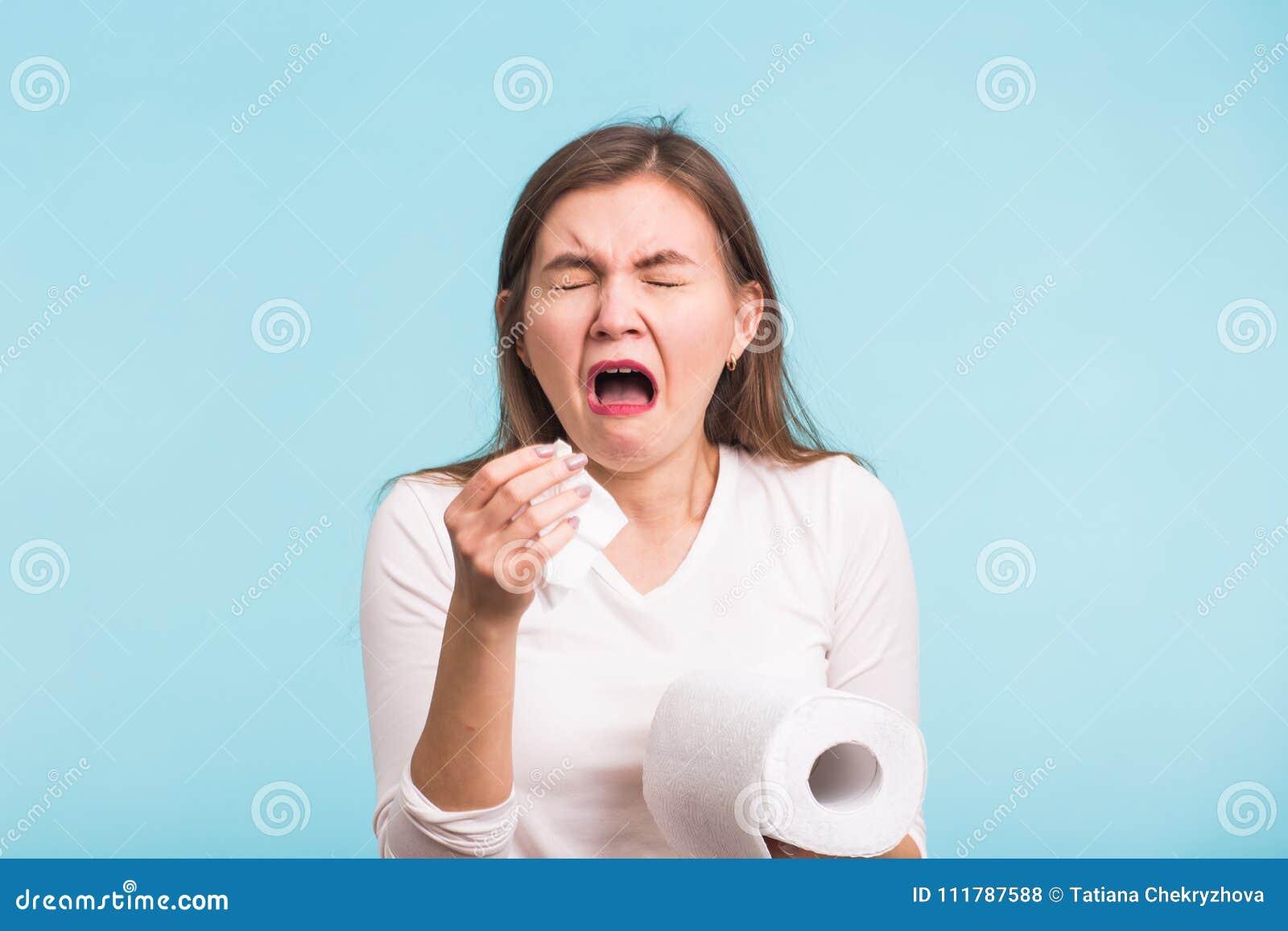 Concepto De Estornudo Del Retrato Del Estudio De La Mujer En Fondo