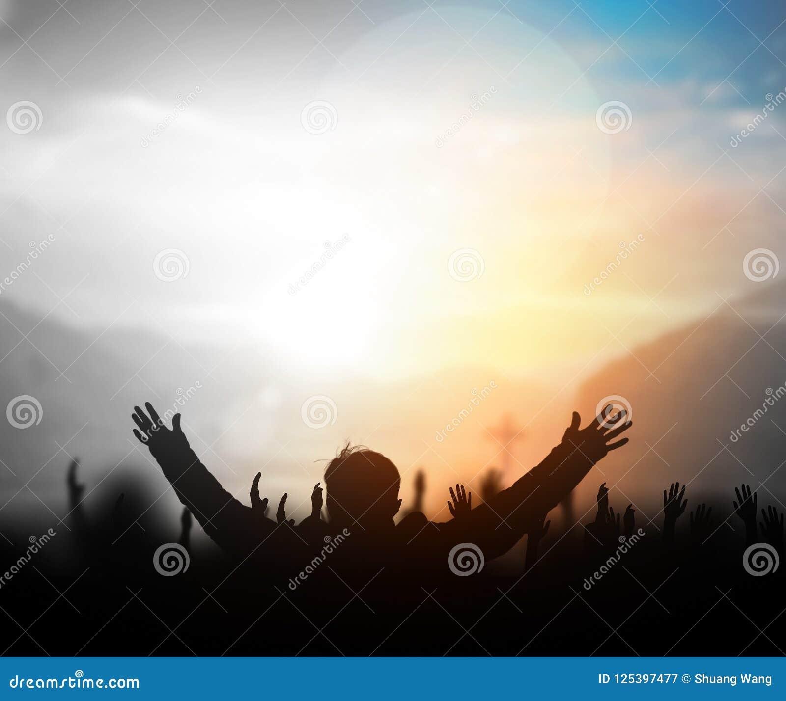 Alabanzas Cristianas De Adoracion concepto de la alabanza y de la adoración: silueta de los
