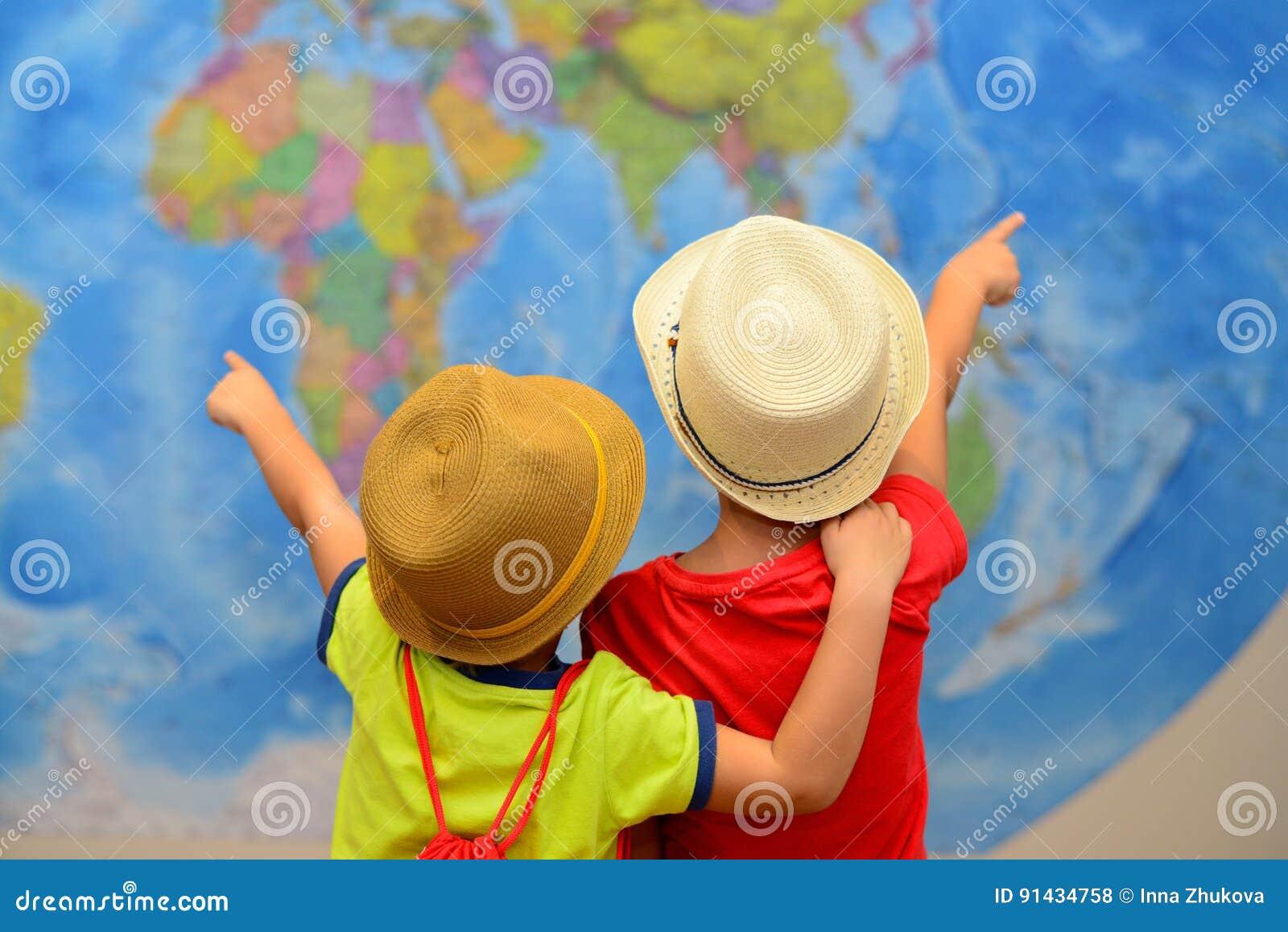 Concepto de la aventura y del viaje Los niños felices están soñando sobre el viaje, vacaciones