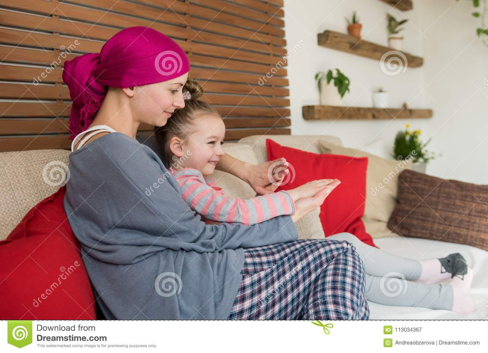 Concepto de la ayuda del cáncer y de la familia