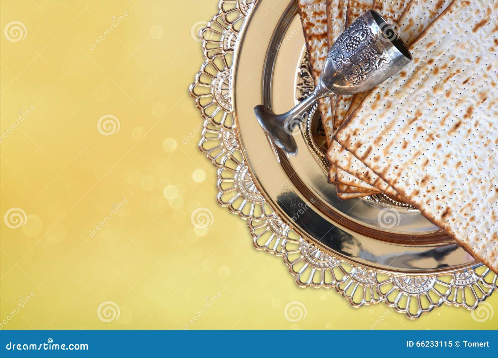Concepto de la celebración de Pesah (día de fiesta judío de la pascua judía) con el vino y el matza