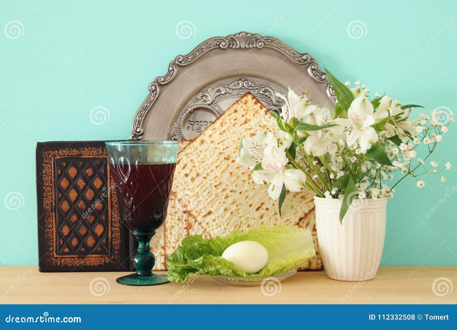 Concepto de la celebración de Pesah y x28; holiday& judío x29 de la pascua judía; Traducción para el texto hebreo: huevo