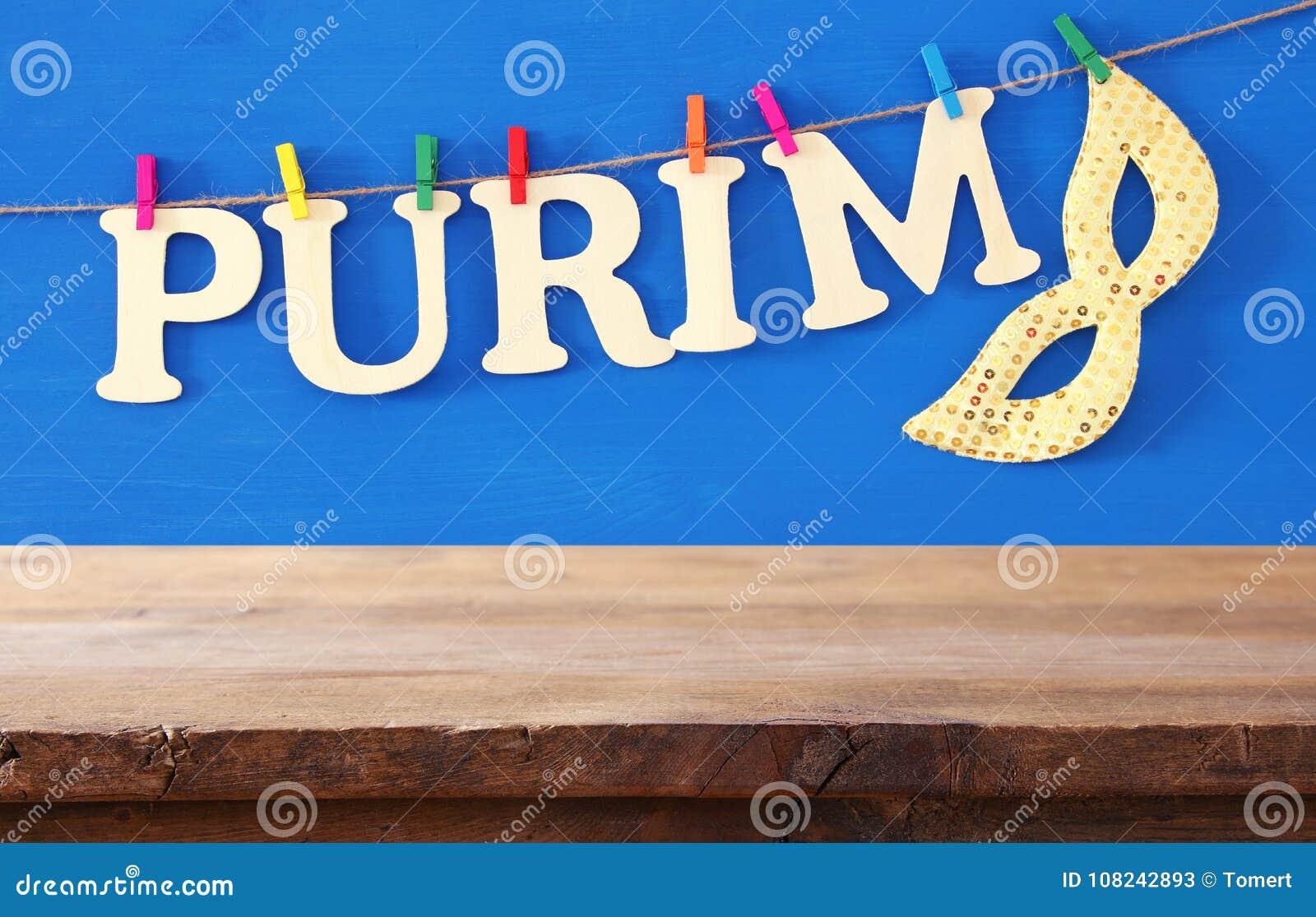 Concepto de la celebración de Purim y x28; holiday& judío x29 del carnaval; delante de la tabla de madera vacía contexto de la ex